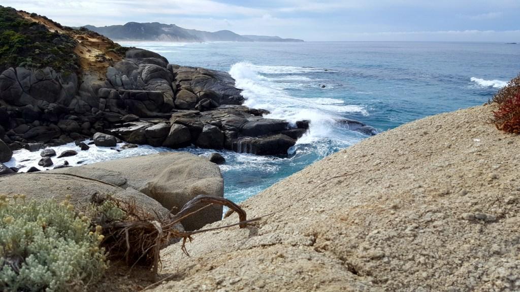 Blick auf das Meer mit einer Steinküste